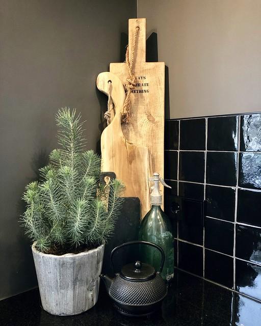 Hoekje aanrecht met houten snijplanken