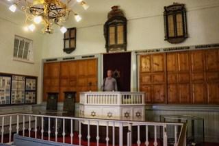 Bima, with Rabbi Isaacs - CP Nel museum