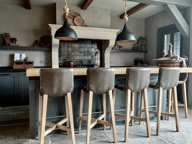 Blauwgrijze landelijke keuken met klassieke schouw