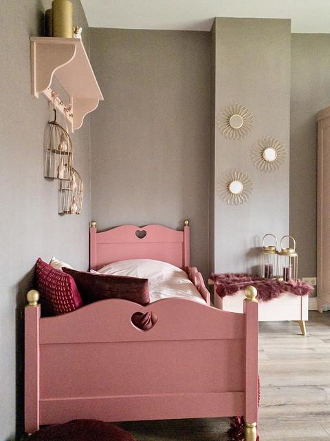 Roze houten bed gouden spiegels roze kapstok