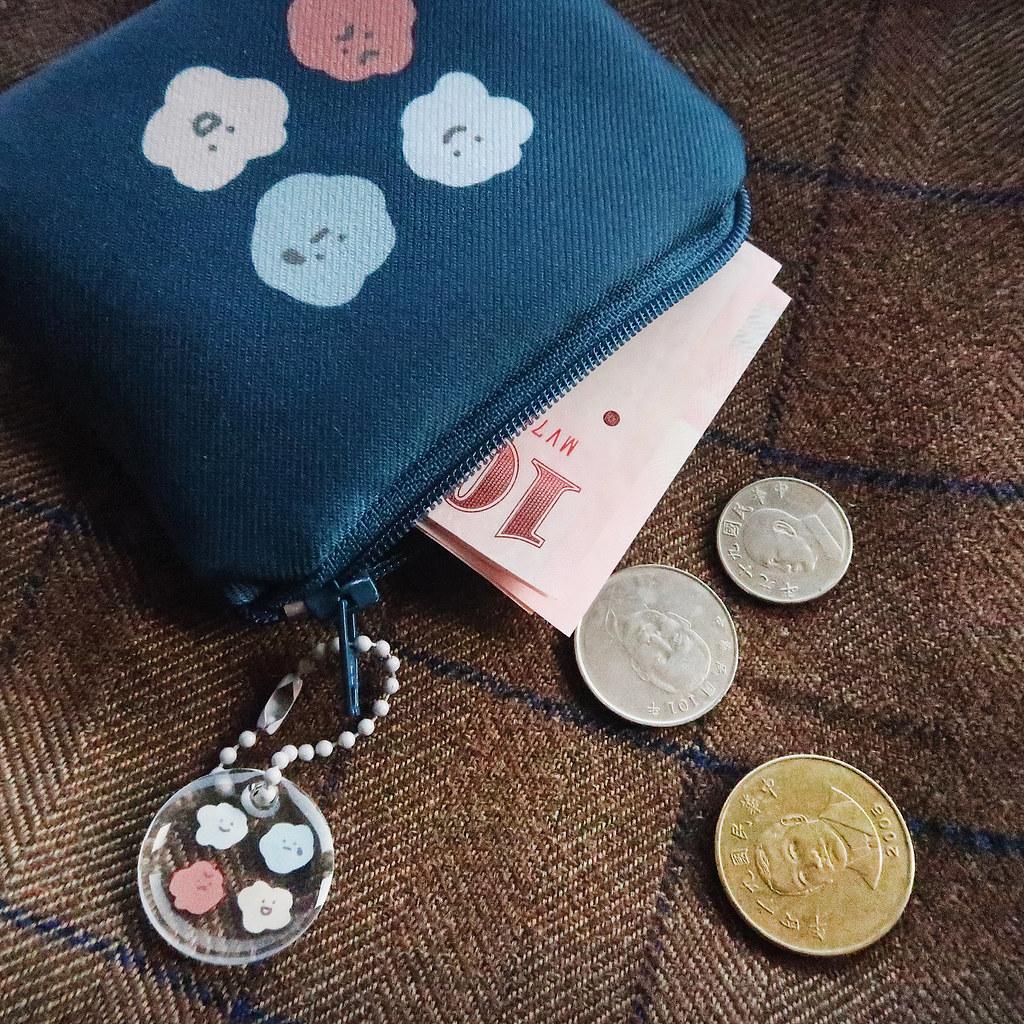 49775978011 678830318b b <p>喜怒哀樂卡套零錢包,幫妳招來滿滿的財運!</p>