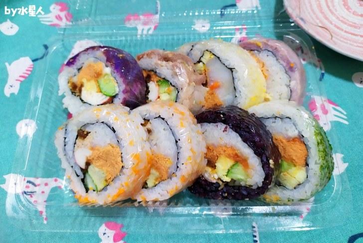 49808529516 2e6ae13707 b - 隱藏版壽司邊一盒20元!大隆路黃昏市場排隊美食,用料滿滿口味多