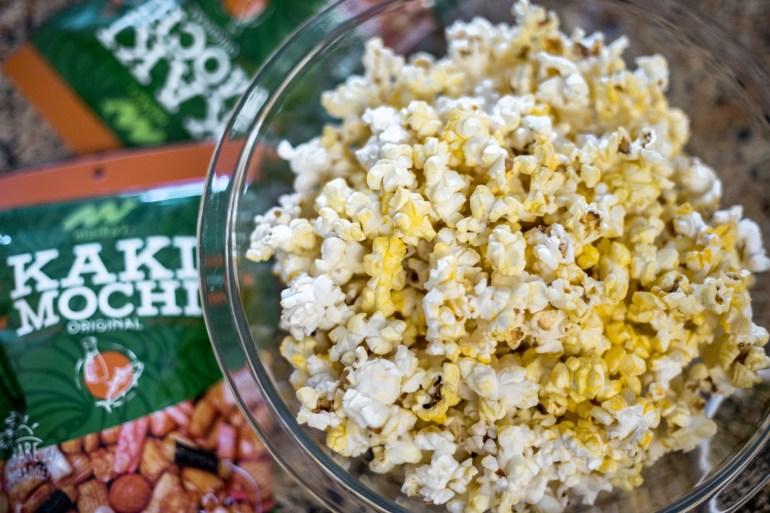 HOW TO MAKE THE BEST HAWAIIAN HURRICANE POPCORN - mochi crunch popcorn, hurricane popcorn recipe, hurricane popcorn, hawaiian hurricane popcorn, popcorn recipe, best popcorn recipe | Wanderlustyle.com