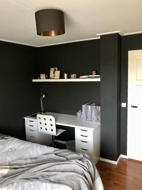 Zwarte muur slaapkamer bureau in nisje