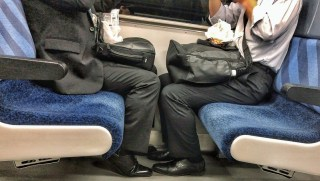 drinking party on the train通勤電車で飲み会をやるなよ。