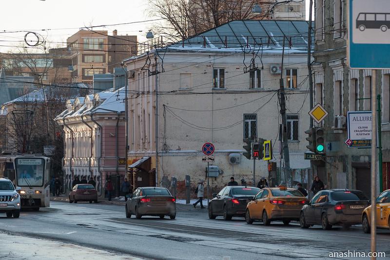 Разновременные постройки на Бауманской улице, Москва