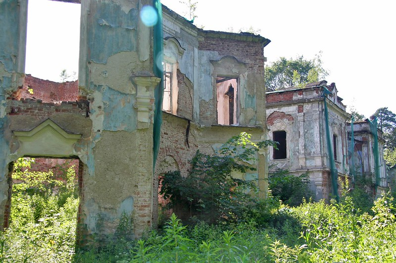 Руины усадьбы Николо-Прозорово в Подмосковье
