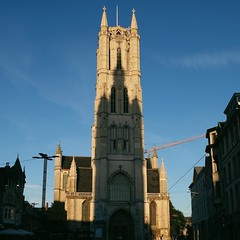 De mooiste schaduw van België - wanneer de schaduw van het belfort perfect valt op de Sint-Baafs kathedraal. Alleen rond de langste dag van het jaar staat de zon in de juiste positie om de juiste schaduw te vormen. De most beautiful shadow of Belgium - wh
