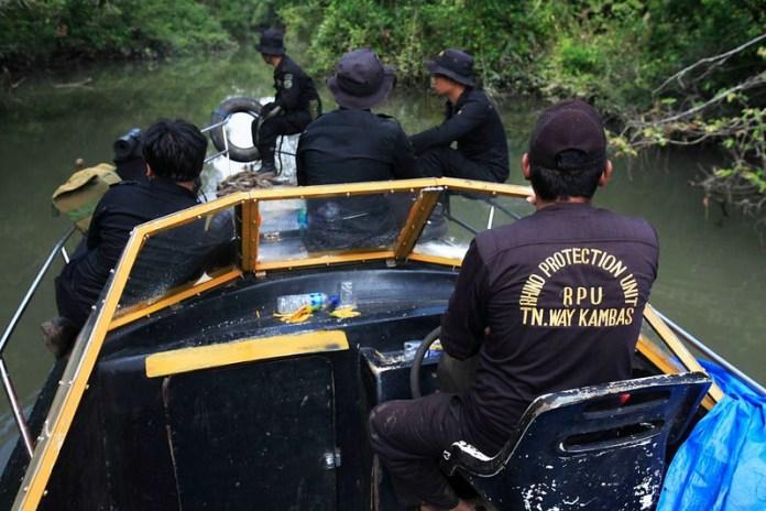犀牛保育小組在印尼的韋卡巴斯國家公園(Way Kambas National Park)巡邏,這裡是全球少數還有蘇門答臘犀牛存在的地方。這些巡邏小組是受「犀牛與老虎保育基金」資助而成立。圖片來源:Yayasan Badak Indonesia