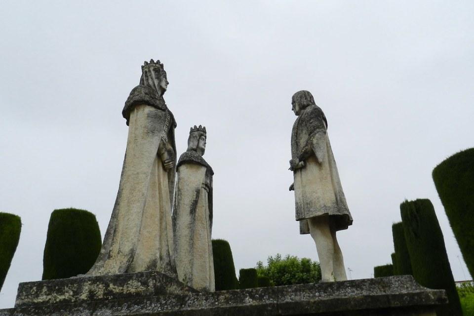 escultura estatuas de los Reyes Catolicos y Colón en Alcázar de los Reyes Cristianos Cordoba