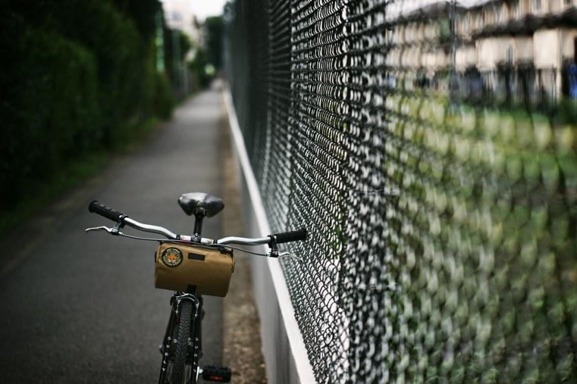 フェンスと自転車のある風景