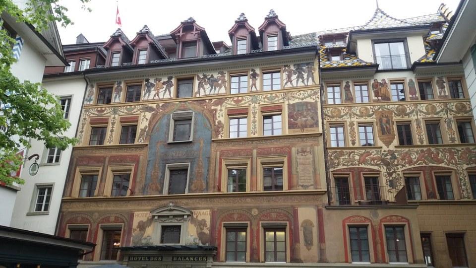 edificio con fachada pintada Grafittis Lucerna Suiza 01