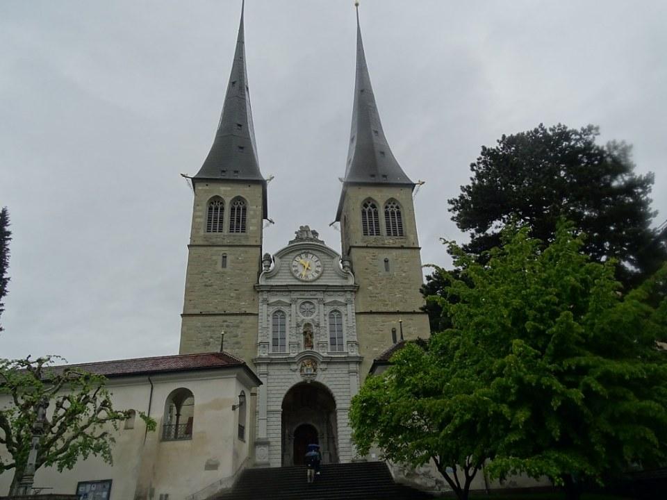 fachada torres exterior Iglesia de San Leodegar Lucerna Suiza 03