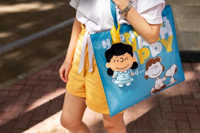 藍色的輕便環保袋印上以白色及黃色的「HAPPINESS IS A WARM PUPPY」字句,寓意快樂就源於一直陪伴著大家的 Snoopy
