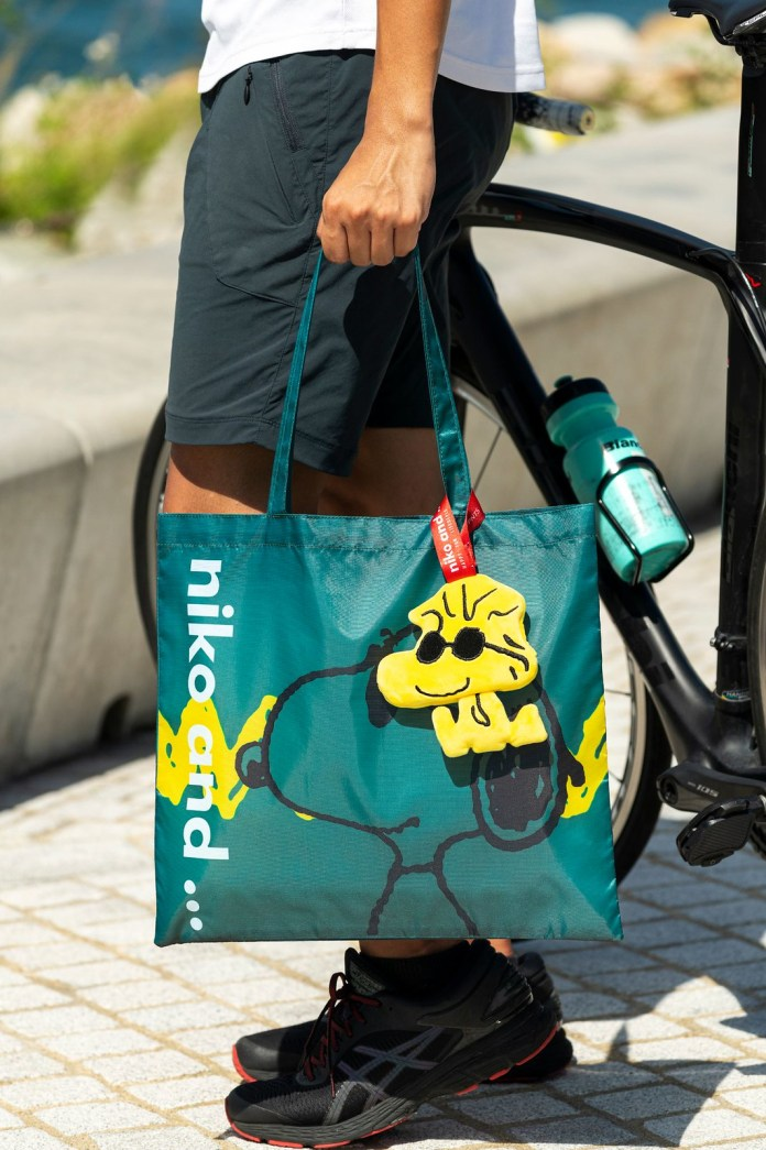型格綠色輕便環保袋印上酷酷的Joe Cool繪圖,加上黃色標誌性線條在背後作點綴,就像潮流達人- Snoopy 在享受配襯太陽眼鏡時的歡樂時光,盡顯型格時尚