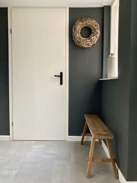 Grijze muren witte deuren landelijke hal