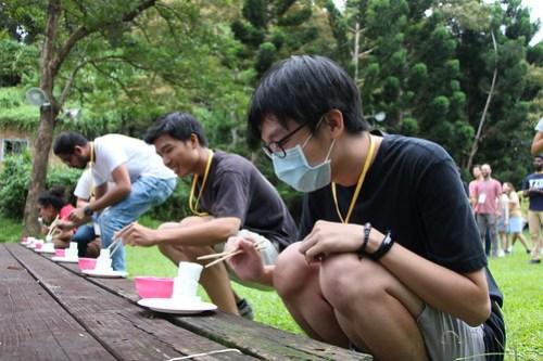 境外生只能用筷子夾棉花糖並保持其平衡_照片由全球事務處提供