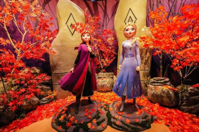 Frozen 魔法森林 - 跟著聲音,來到了魔法森林的入口 - 魔法之境,巨石高聳入雲,經歷姐妹倆勇敢再出發找尋自我的情景。2