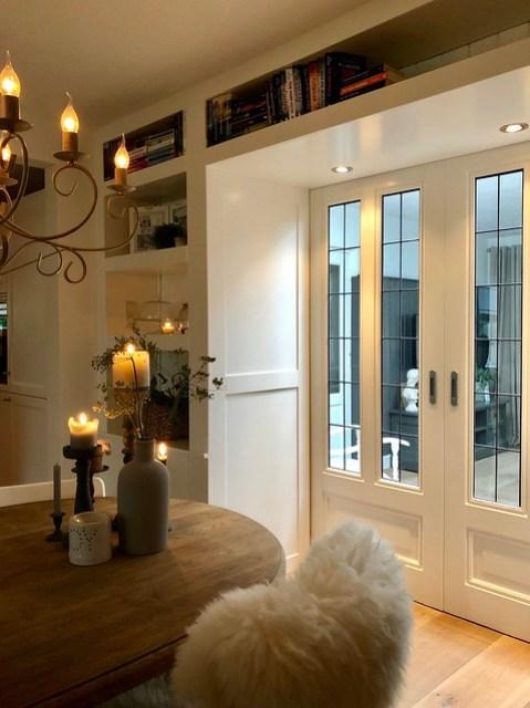 En-suite deuren landelijke woonkamer kandelaars eettafel