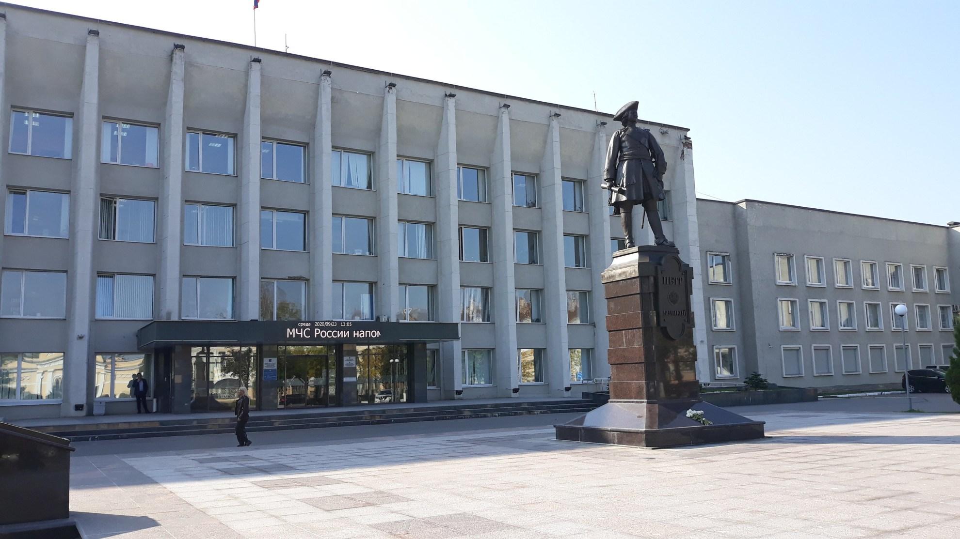 Пётр Великий на фоне здания администрации Кингисеппского района