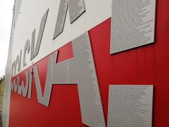 ponad 4 tys nazwisk kibiców wygrawerowanych na literach z aluminium anodowanego