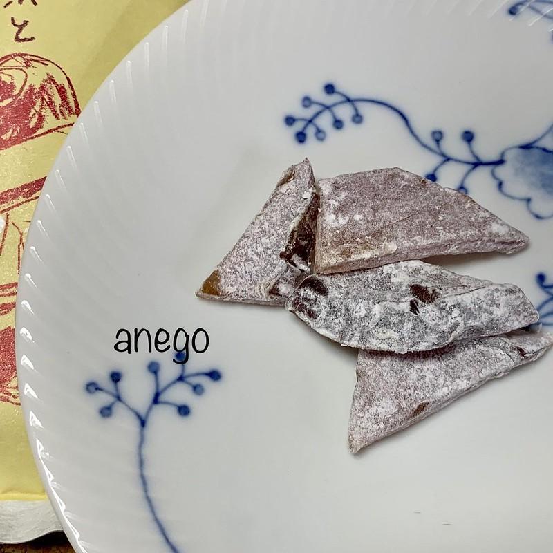 おきな屋の「そふとどらいふるーつ」。 アップルグラッセです。 おそらく、「薄紅」になりそねたものではないかな。紅玉の酸味と良いバランス。 #goto青森 #青森土産