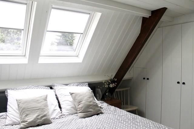 Slaapkamer bed onder schuin dak met dakramen landelijk