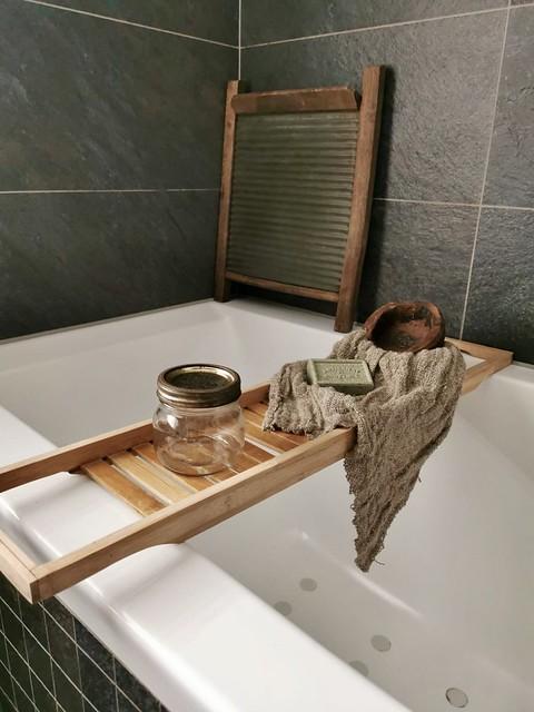 Badplank bad zeep wasbord donkere badkamertegels