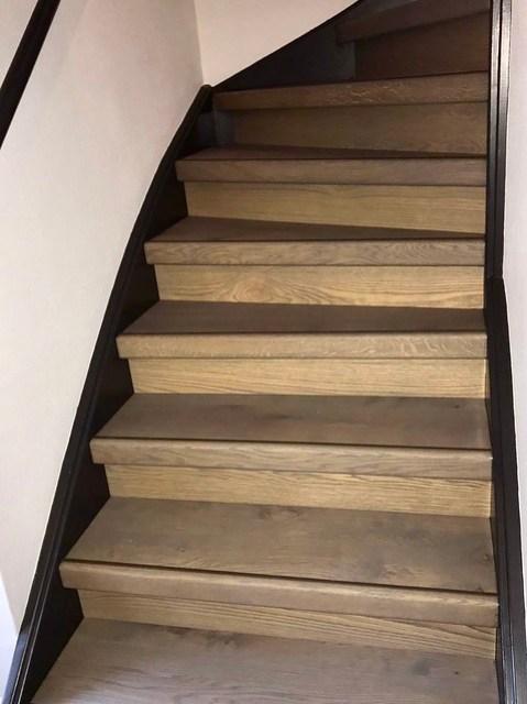 Zwart met houten trap landelijke hal