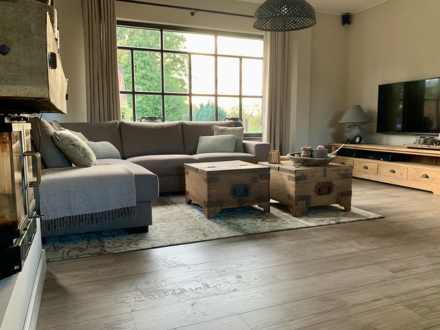 Woonkamer landelijk warm met hoekbank tv meubel kruiklamp