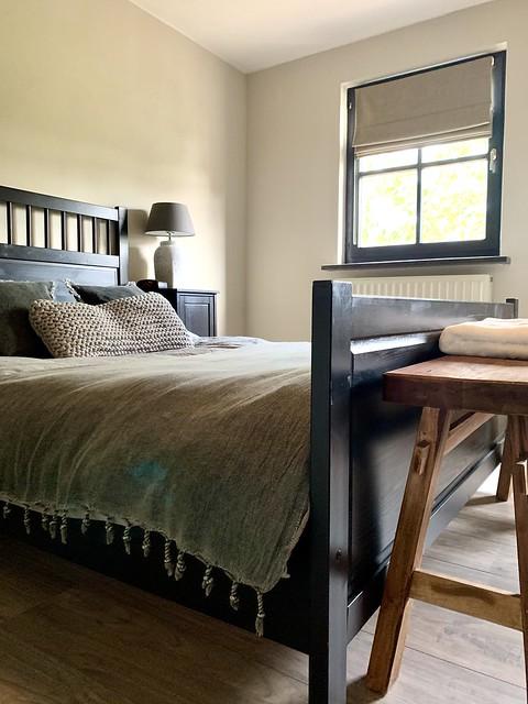 Zwart houten bed landelijke slaapkamer zwarte kozijnen