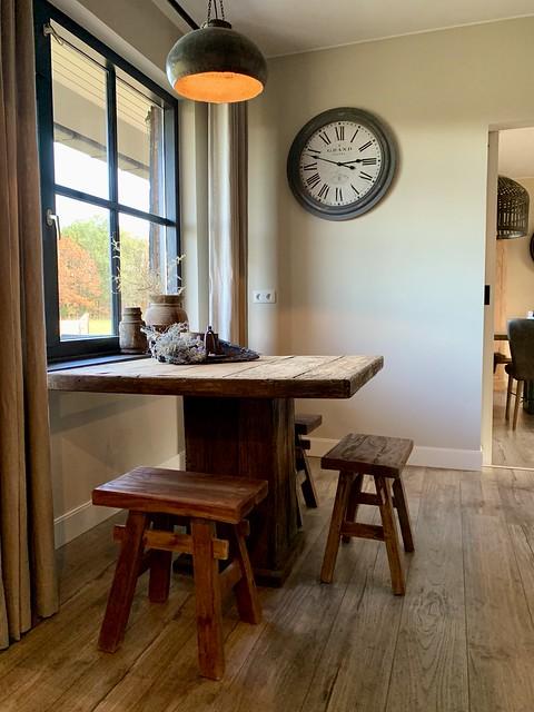 Stoere landelijke keukentafel met houten krukken