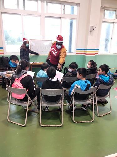 元智人社英專同學送聖誕溫暖到保生國小 (1)