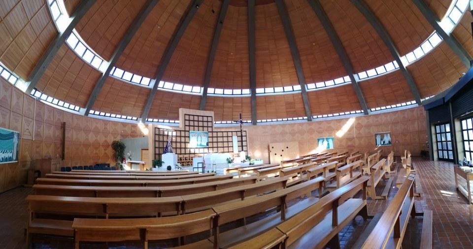 altar mayor con talla de La Virgen interior Santuario de Nuestra Señora de la Piedad Loulé Portugal 02