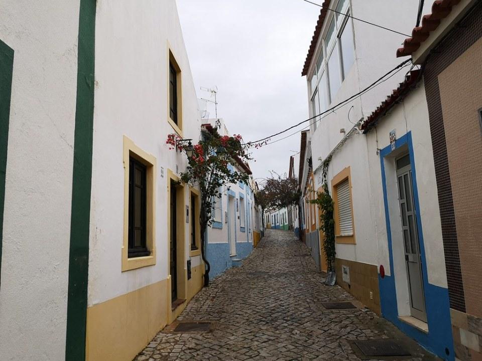 calle y casas en Ferragudo Algarve Portugal 04