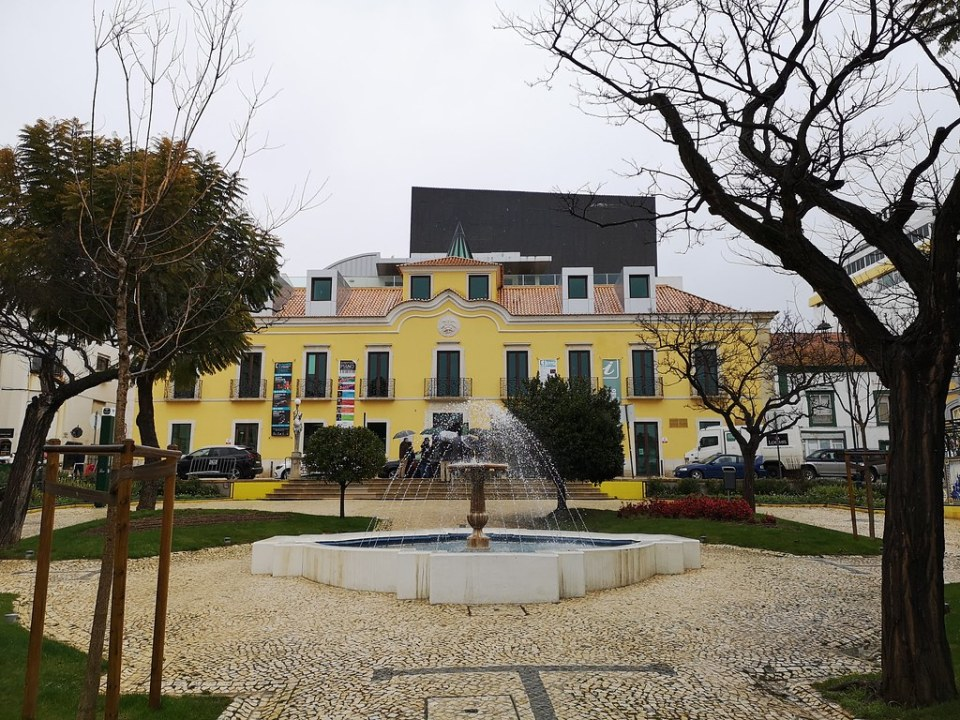 edificio TEMPO Teatro Municipal de Portimão Palacio Sárrea Garfías en calle Largo Primero de Dezembro Portimao Algarve Portugal
