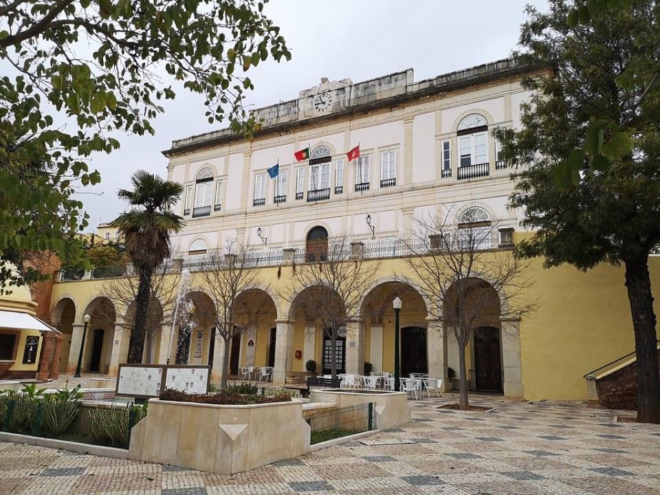 edificio exterior del Ayuntamiento de Silves Algarve Portugal