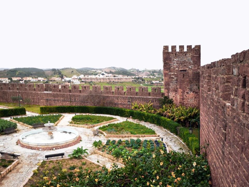 jardín andalusí  y torre interior muralla Alcazaba o Castillo de Silves Algarve Portugal