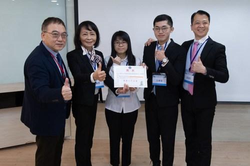元智大學智慧生產與管理創新研究中心蘇傳軍主任與得獎同學合影