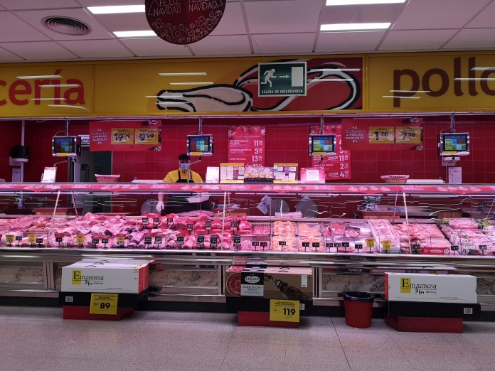 Ahorra Mas的現售凍肉種類多