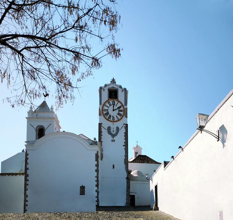 torre del reloj y campanario exterior Iglesia Santa Maria del Castillo de Tavira Algarve Portugal