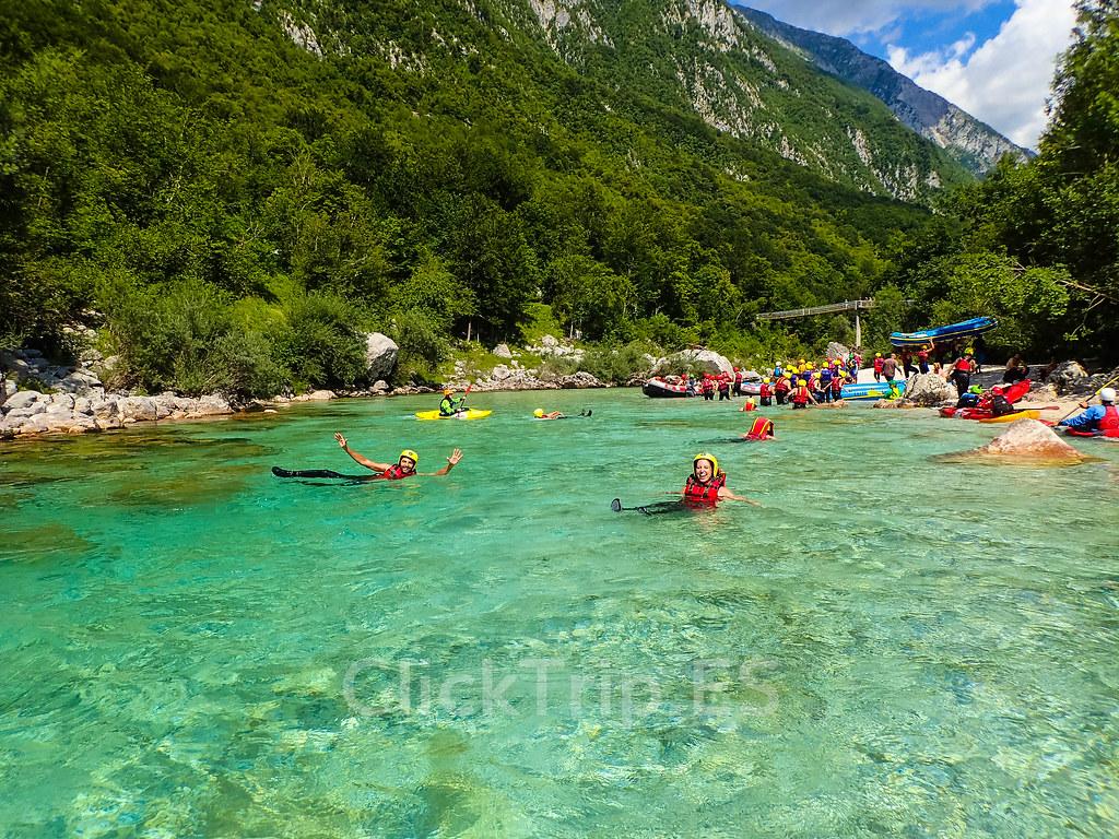 Alpi Center | Arrastrados por la corriente del río Soca · Deportes de aventura · Actividades al aire libre | Actividades por el río Soca | Turismo de Eslovenia | Monitores saltando | ClickTrip