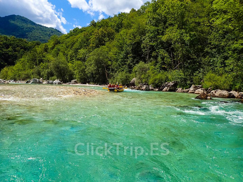 Alpi Center | Descenso en rafting en Eslovenia · Deportes de aventura · Actividades al aire libre | Actividades por el río Soca | Turismo de Eslovenia | Monitores saltando | ClickTrip