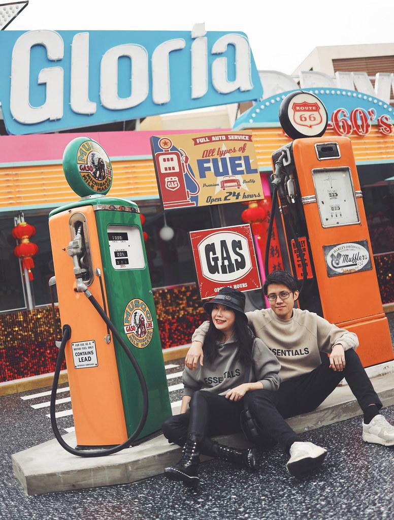 華泰名品城Drive-in美式搖滾快餐店與春聯(與鮮花與燈籠與…),很美式,很衝突!