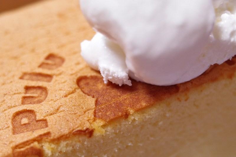 """Bull Pulu Taiwanese castella cake with fresh cream"