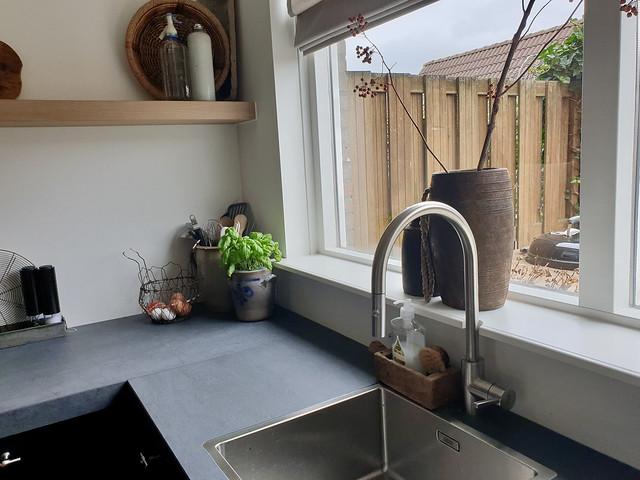 Zwarte keuken grijs blad aanrecht landelijke decoratie