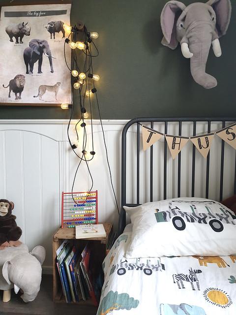 Groene muur jongenskamer lampjes muur olifantenkop pluche jungle dekbedovertrek