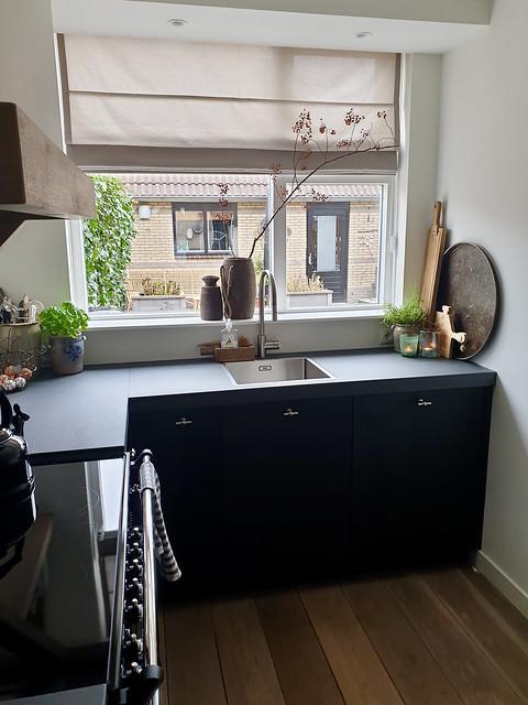 Vouwgordijn keuken potten vensterbank hoekje aanrecht decoratie