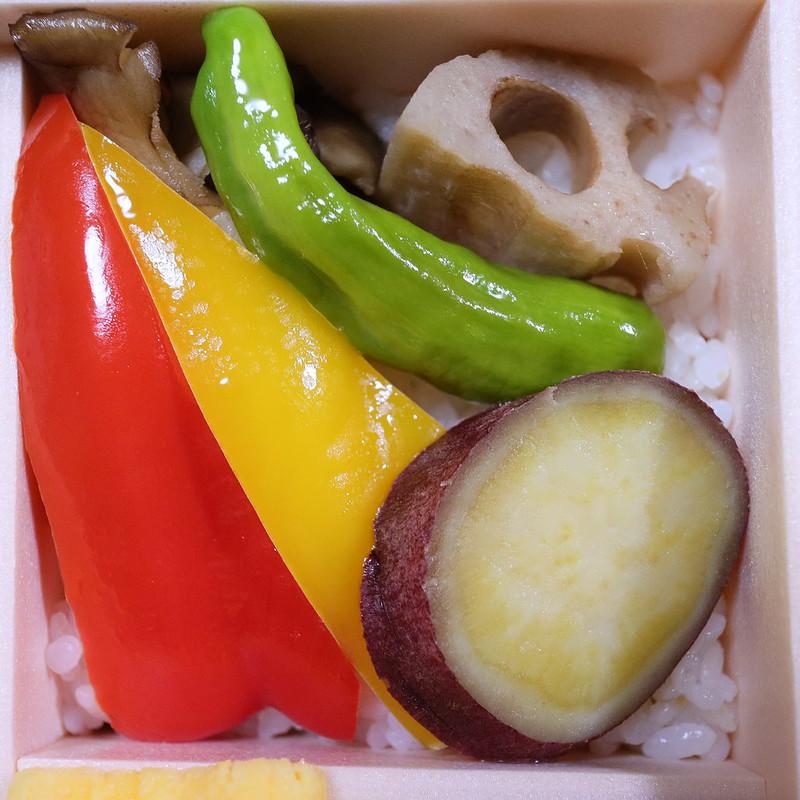 蓮根, 舞茸, さつま芋, 赤ピーマン, 県産野菜の揚げ浸し丼 ちば元気弁当~野菜弁当~ 08 絞りF5.0