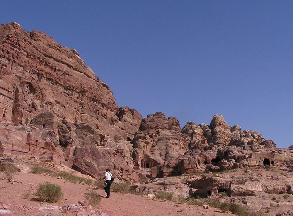Tumba del Fronton partido tumbas nichos votivos monte Jabal al-Madhbah valle Wadi Farasa Petra Jordania 03
